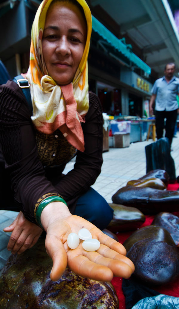 Figure 8. A Uighur woman showing what looks like Chinese nephrite in Guangzhou's Hualin Street jade market. Photo: Richard W. Hughes. Click on the photo for a larger image.