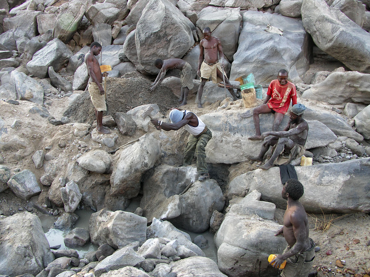 Miners work the dry riverbed at the Muhuwesi river in Tanzania's Tunduru district. River mining at Muhuwesi river can be difficult work; to reach gem-bearing gravels it is sometimes necessary to break large rocks and even then the mine production can be weak. Photo: Vincent Pardieu